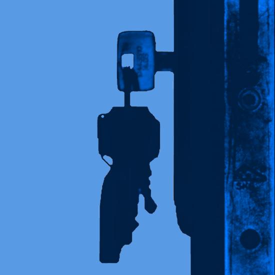 clés dans une serrure bleu